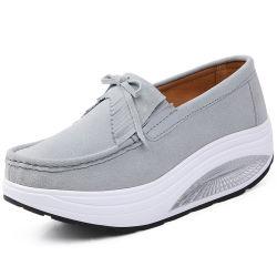 スエード革プラットホームの moccasins の在庫靴の高さは靴をのために高める 女性