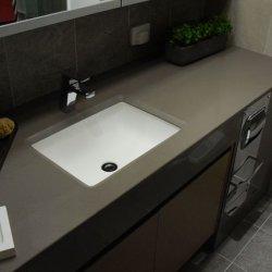 Оптовые черные искусственние каменные Countertop/Countertops ванной комнаты кварца с вполне/прокатали/половина/прокатанный половинный Bullnose край