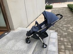 Kinderwagen Lichtgewicht Hand die de Wandelwagen van de Baby vouwt