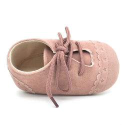 Le fabricant à la main en cuir des chaussures de bébé enfant enfant