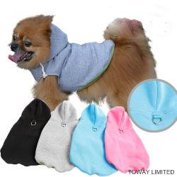犬は鎖のバックルが付いているHoodieのコートの馬具の羊毛に着せる