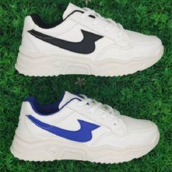 ファッションレジャーマンウーマンがスポーツカジュアルスニーカーを実行しているテニスをしています 靴