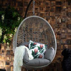 Erwachsener Schwingen-Hauptstuhl, der Innenbalkon-Rattan-im Freienfall-Schwingen-Stuhl hängt