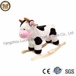 Großhandelsplüsch spielt Kuh-angefülltes Tier-Schwingstuhl mit hölzerner Unterseite mit Musik