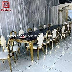イベントの長い宴会表を食事する結婚披露宴の使用