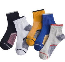Il tennis comodo del cotone colpisce con forza calzini su ordinazione di sport del Mens della caviglia del cotone del Terry di sostegno di arco i soli