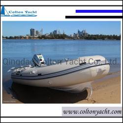 Pequeno barco de pesca insufláveis e costelas de alumínio com casco duplo
