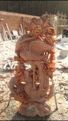 庭のための鳥の彫像を切り分ける鮮やかに手によって切り分けられる実物大の赤い大理石の石造りのフェニックス