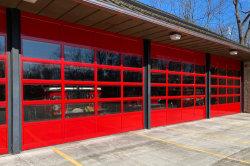 小さい人のドアが付いている自動モーターを備えられた外部の安全熱絶縁されたオーバーヘッド部門別のガレージの産業保全の火の評価される圧延のドア