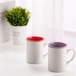 Un tè dalle 18 once, l'acqua e lo schiocco delle azione della fabbrica delle bevande nel servizio africano a buon mercato hanno colorato la tazza di caffè di corsa e la tazza di ceramica