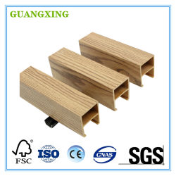 O composto de plástico de madeira coberto por material de construção do teto