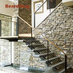 屋内ステンレス鋼および大理石はステアケースケーブルの塀が付いている歩んだ