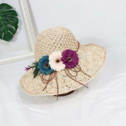 شاطئ صيفى مطلى بالشمس وقبعة زهرة القش