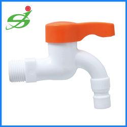 Новый элемент пластиковой водопроводной воды / бассейна под струей горячей воды