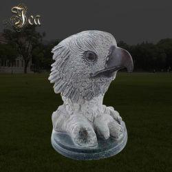 En el interior decorar tamaño real de la cabeza de águila la escultura de mármol negro