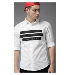 Die weißen u. schwarzen Männer nehmen passendes gestreiftes beiläufiges kurzes Hemd mit Drucken ab