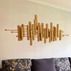 밝은 럭셔리룸 소파 배경 벽 장식 기사 크리에이티브 금속 공예