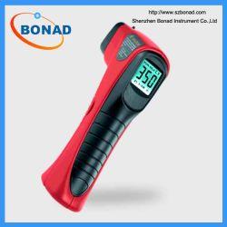 Un thermomètre à infrarouge pour Meauring la température du moteur