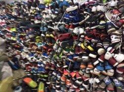 使用された秒針の革スポーツのズック靴