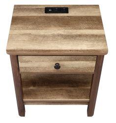 Colchão na mesa de cabeceira da mesa de madeira com gaveta com USB