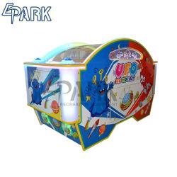 キャビネットの最上質の硬貨によって作動させるアイスホッケー表を閉じている子供