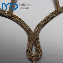 Parte superior de almugue em couro de moda com correias e as guarnições de diamante decorativas