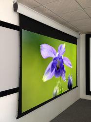 Schermo elettrico fissato al muro di alta qualità per il cinematografo domestico