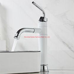 Rubinetto annerito montato di superficie dell'acquazzone della vasca da bagno della stanza da bagno con la testa di acquazzone della pioggia