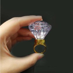 Nouvelle bague LED clignotant émettant grande bague en diamant pour le parti