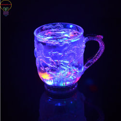 La tazza d'ardore del LED aggiunge l'acqua alla tazza del sensore dell'acqua leggera