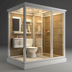 الحمام مجهز بالكامل مع دش مرحاض وحوض للغسيل وكويرة