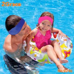 De Kinderen die van sporten het Zwemmen de Bescherming van Oren voor het Water van de Preventie wassen in Oor