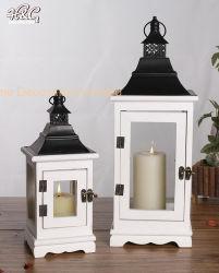 金属の2のセットの上の木製の蝋燭のランタン