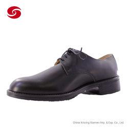 O homem responsável uniforme de couro calçados para parada militar