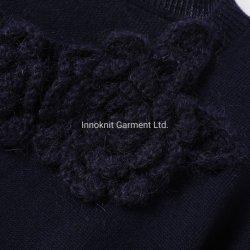 스웨터 스웨터가 캐시미어 천 숙녀에 의하여 뜨개질을 했다