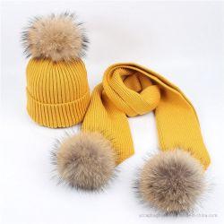 暖かい冬によってPomsの編まれる女性帽子およびスカーフセット