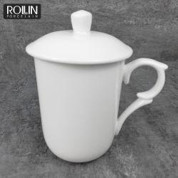 Tasse de thé en céramique avec un design unique et le couvercle de poignée