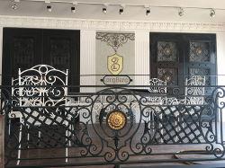 Современный внешний вид пользовательского балконами из кованого железа на поручне
