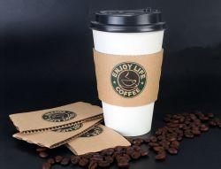 Les tasses de café en papier recyclé avec couvercles et le manchon