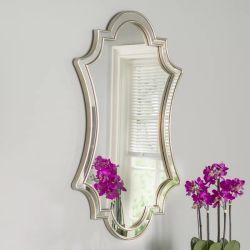 Au nord de style européen de la vinaigrette monté sur un mur miroir de maquillage pour salle de bains
