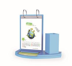 Calendario di scrittorio di plastica con il supporto & l'appunto della penna in azione