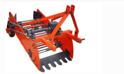 トラクターは1台の列のポテト収穫機、サツマイモの収穫機、農業機械を取付けた