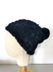 女性の冬の方法Pomponが付いているハンドメイドの擬似毛皮の帽子