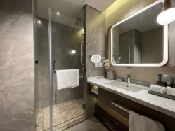 حمام فندق ذكي مفتعل مسبقًا ومخصص