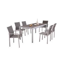 Деревянный обеденный стол и стул, раскинут современной мебелью.