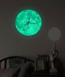 Incandescenza adesiva nella decorazione scura della parete dell'autoadesivo dell'orologio di parete della terra della luna