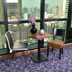 カフェ家具木製テーブルと革張りの椅子が置かれている