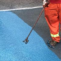 Va il sigillatore liquido della strada dell'asfalto verde di colore che ricopre il colore blu per la strada privata