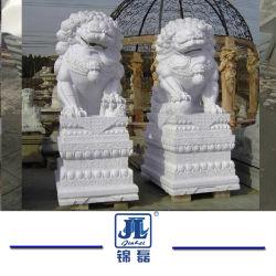 石造りの彫刻手は動物花こう岩か庭の装飾または家のための大理石のライオンを制作した