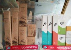 De Producten van het hotel zoals Shampoo, Kam, Pantoffel, Tandpasta, Tandenborstel, het Bad van het Schuim